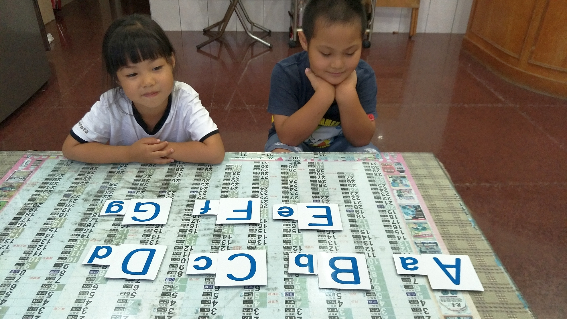 孩子很專注學習