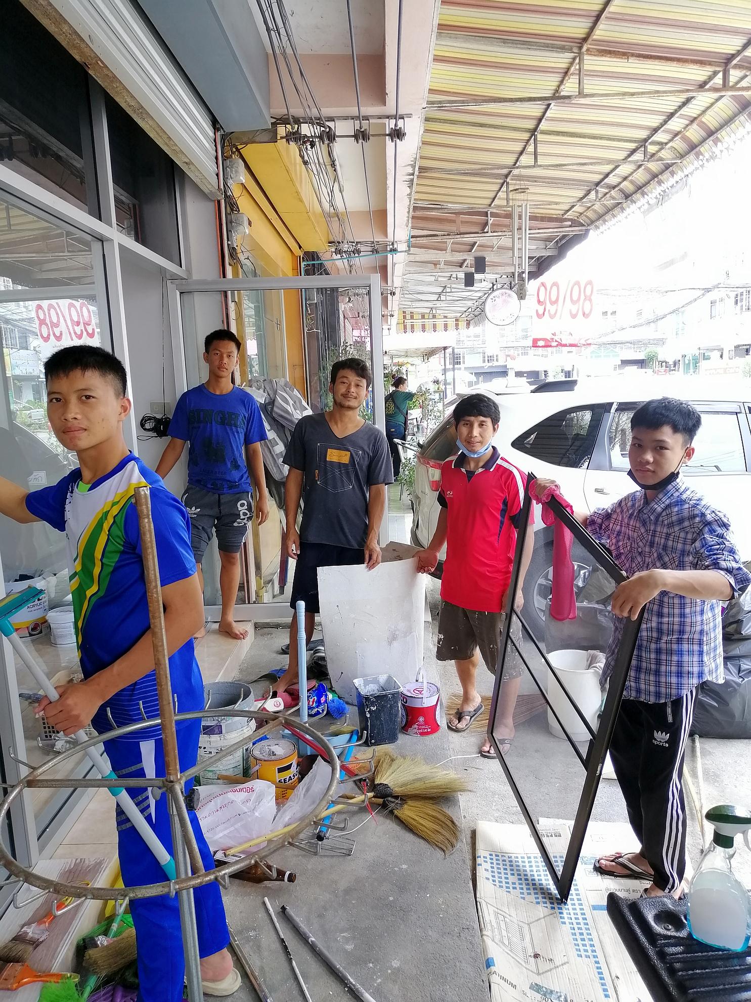 新天學生中心的少年人 和同工用心幫忙大清潔