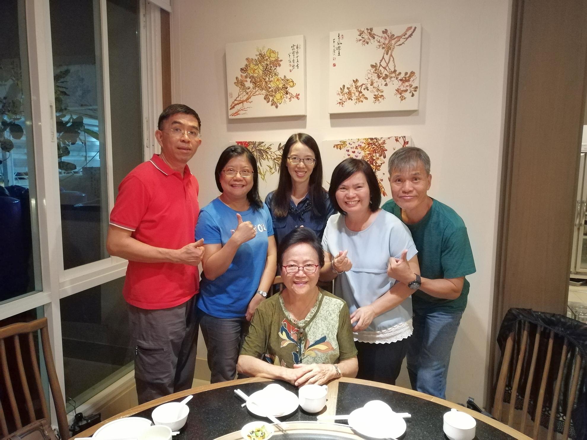 十月底,郭貴珍牧師退休回港前 與部份同工合照