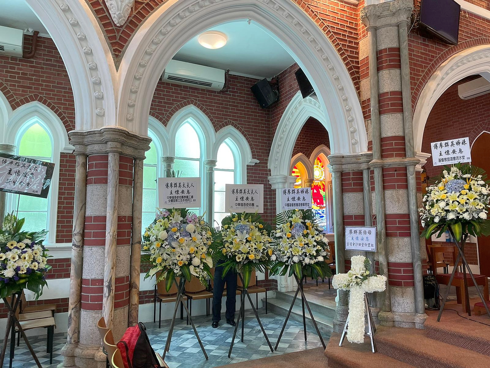 美麗的教堂 照片中間的兩座花牌 分別是中福團及泰國工場的心意