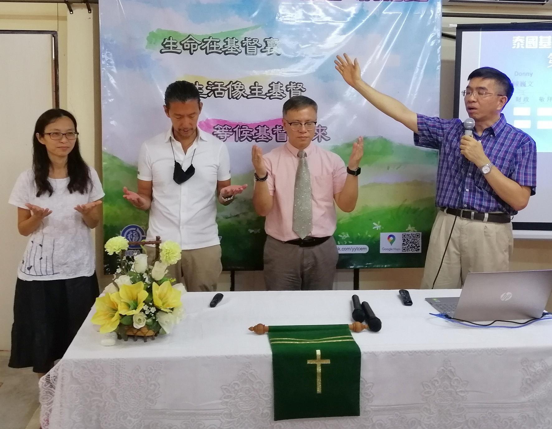 昌達為三位悅語堂的新職員禱告