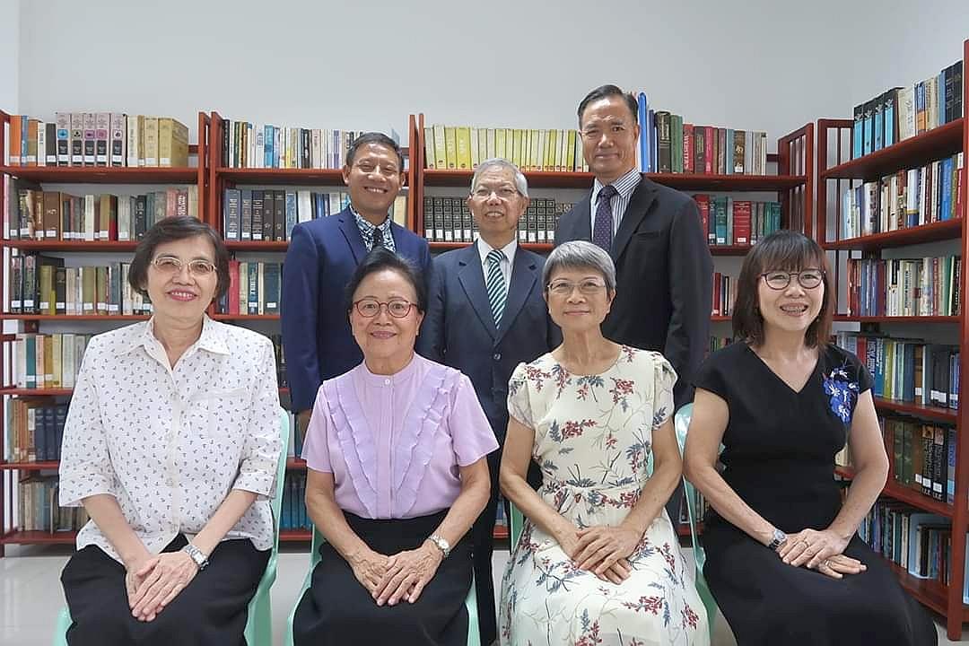 新天聖經學院院長與駐院教師合照
