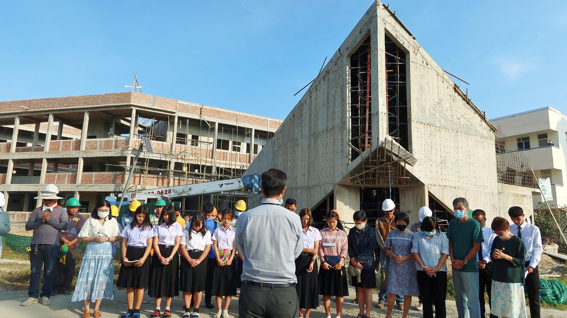 師生及工人為教堂上蓋灌水泥禱告