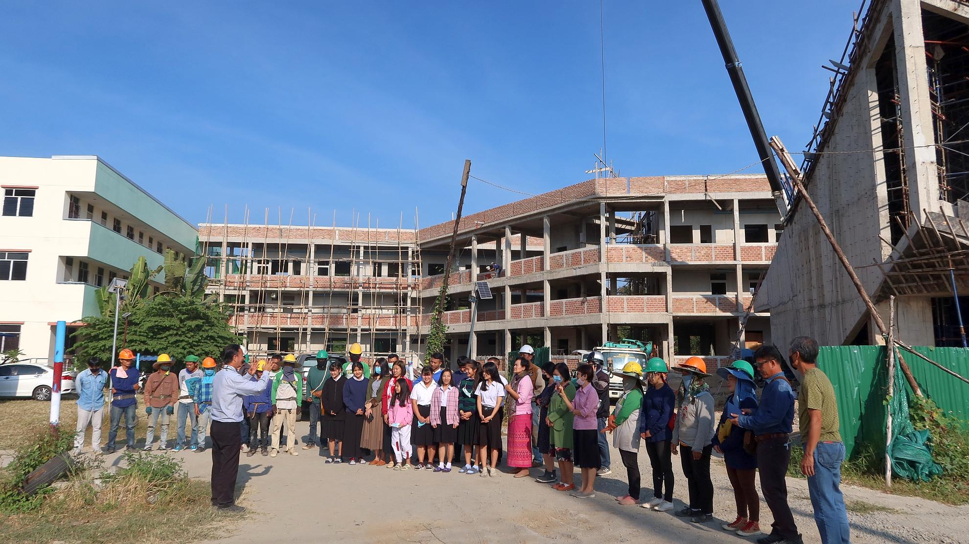 帶領師生及工人為建築工程禱告