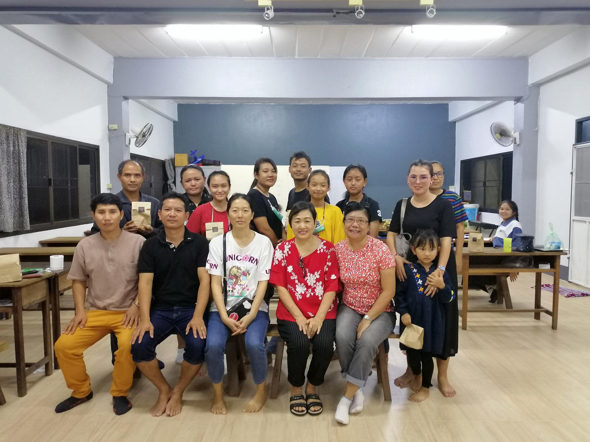 十一月初,新天學生中心傳道同工們往芳縣, 探望芳華學校的負責人,並為學校的福音事工祈禱。