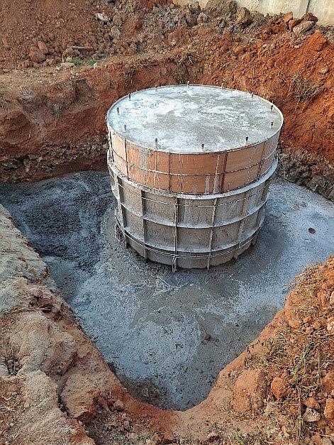 身高20米的水塔地基,掘地2米深,用粗鐵扎好地基, 再扎成圓環地臺後灌注水泥,待三星期後填回泥土舖好地面便可以安設水塔, 再設置過瀘系統,食水系統工程便隨時就緒可安設水管接駁入屋。