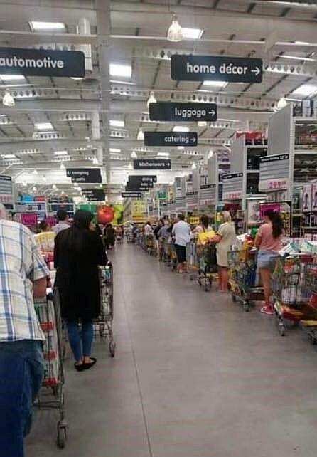 超市內外排滿人龍