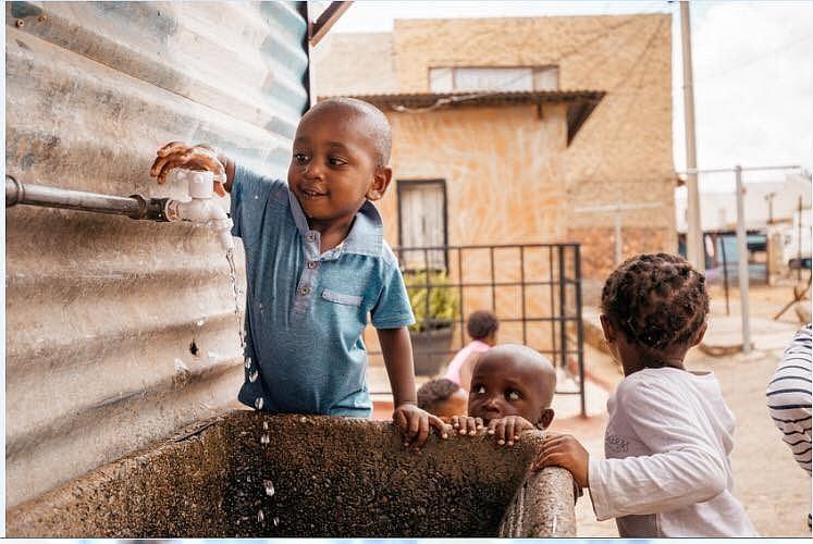 貧民窟內兒童使用公共食水