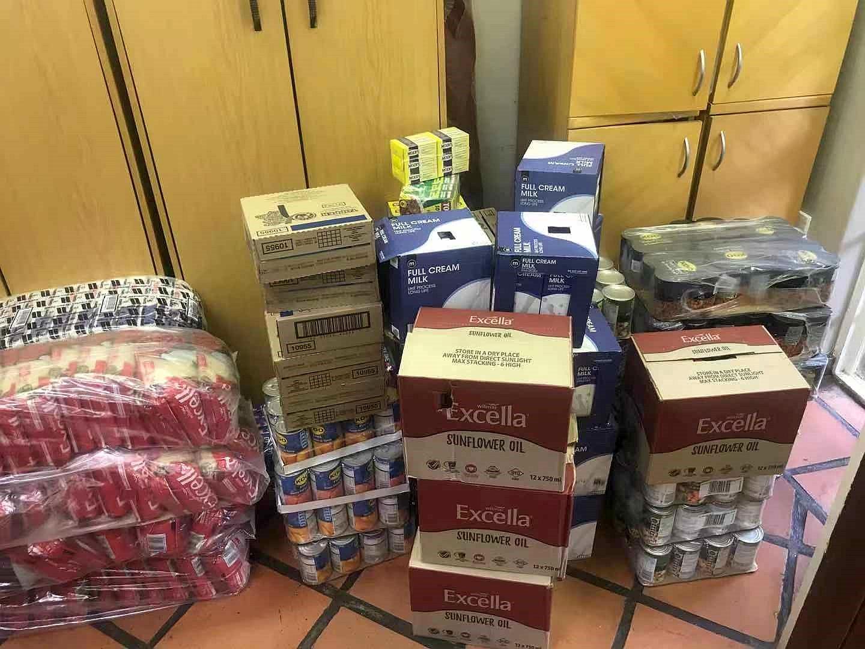 在聖誕節期間,約堡福音教會預備了物資, 準備分發給有需要的人。