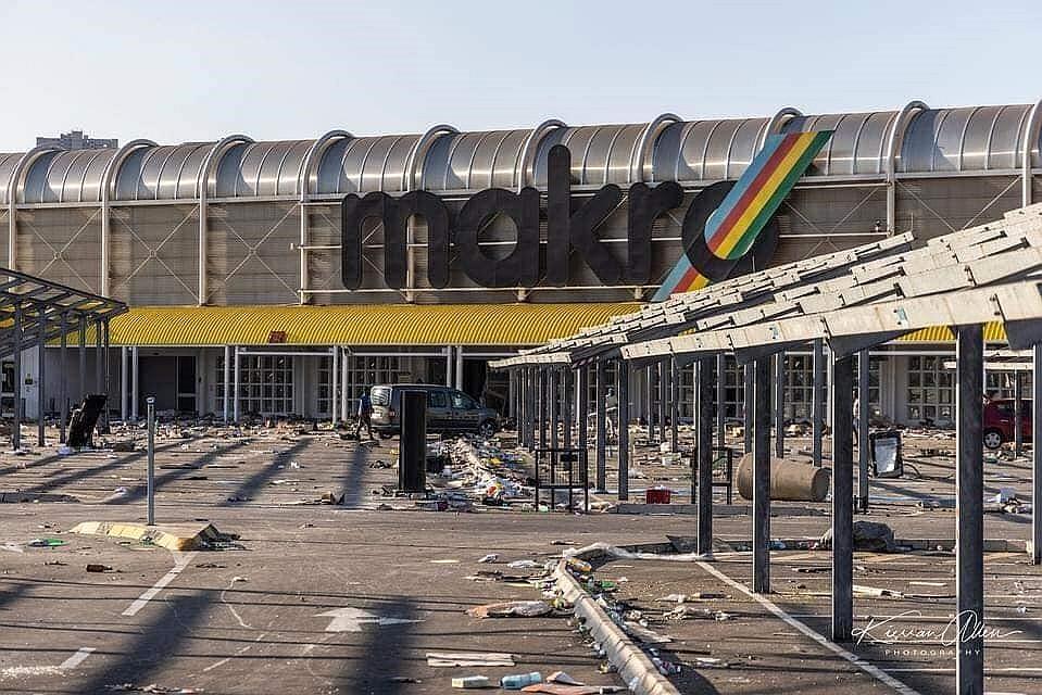 動亂過後,超市猶如戰區