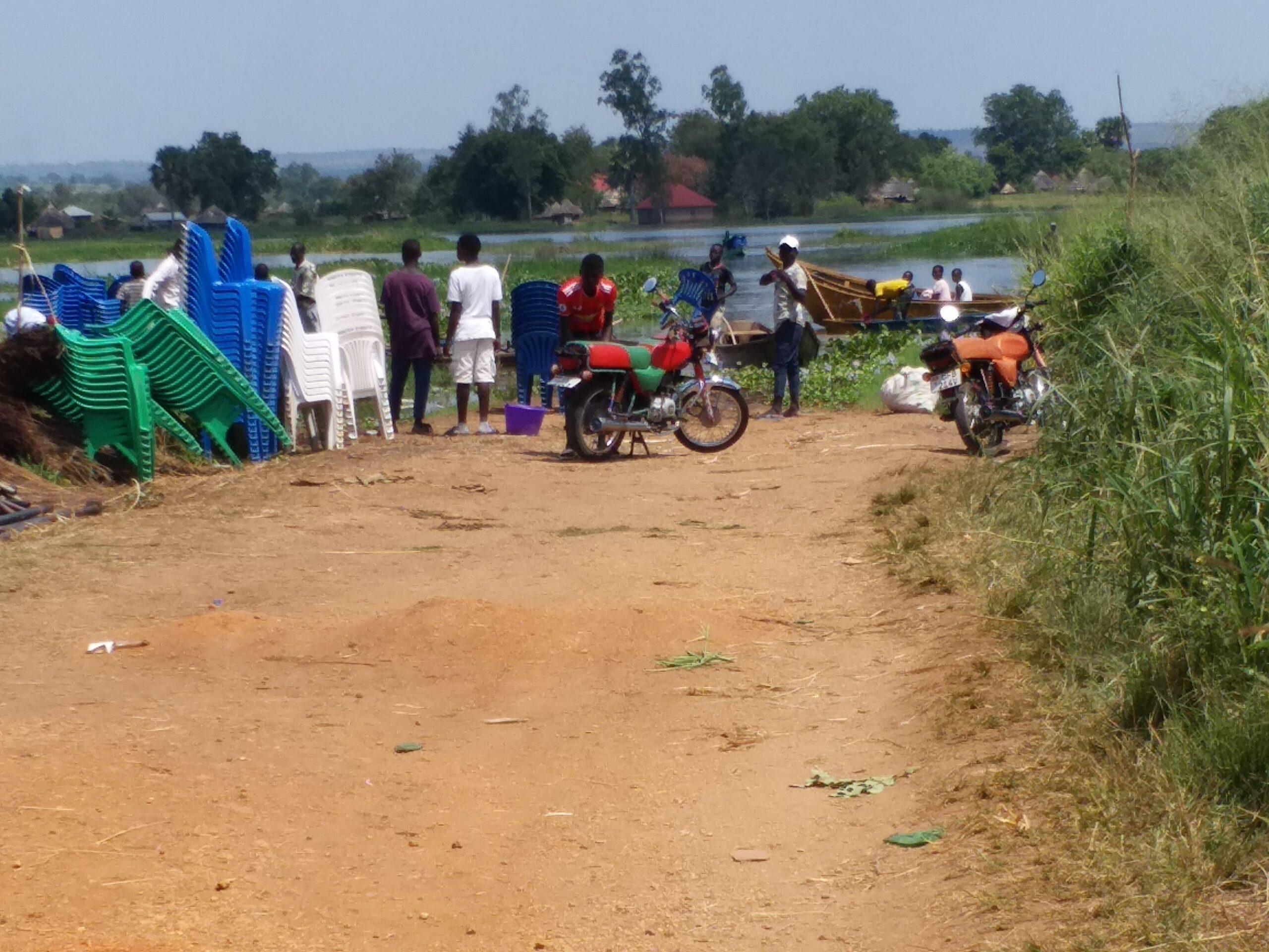 河水淹沒路面需藉小船前往對面村落